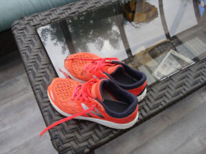 Souliers (running shoes)  NEW BALANCE  ( garçon)