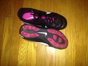 Girls Nike soccer shoes size 1Y