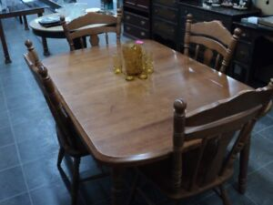 Solid Maple dinning table 2 leafs excellent shape
