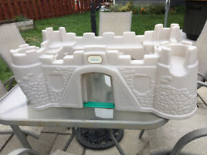 Chateau Little Tikes 10$, Tapis 20$, Cheval à spring 80$