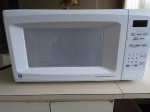 GE Turntable Microwave Oven / Micro-onde