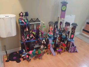 Monster High Doll House and 22 Dolls