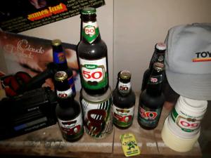 Plusieurs vieilles bouteilles pleines de bière à vendre.