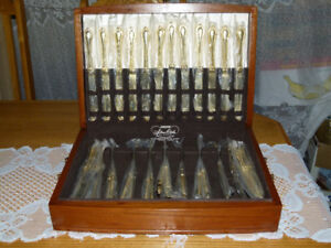 GOLD PLATE INTERNATIONAL SILVER CO KNIVES WITH CASE