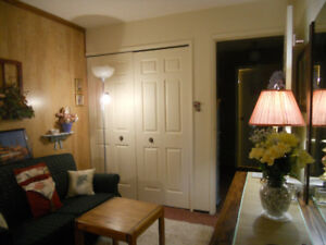 *ENCHANTING, FULLY FURNISHED BEDSITTING ROOM /COLQUITZ-TILLICUM*