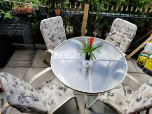 Patio set- 4 stackable chairs +4 cushions + 1table
