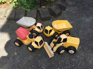 4 GROS camions TONKA en PLASTIQUE à vendre