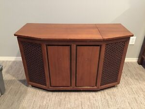 Stereo cabinet with turntable and radio