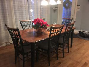Table de cuisine, chaises et buffet