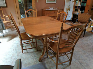 BEAUTIFUL SOLID GOLDEN OAK DINING TABLE SET - MUST BE SOLD