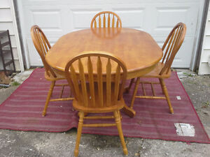 solid pedestal oak table and 4 matching chairs