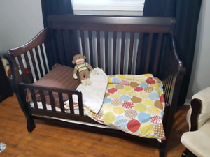 Convertible crib/toddler bed with mattress