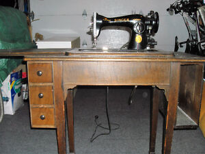 MACHINE COUDRE SIGNER MEUBLE ANTIQUE