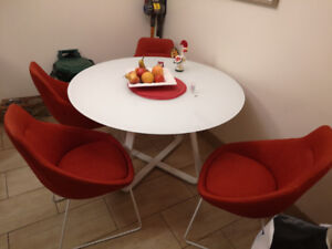 Kitchen table & 4 chairs.