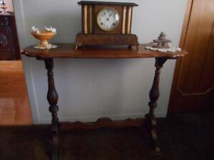 Belle Table haute et étroite avec dessin sur le dessus