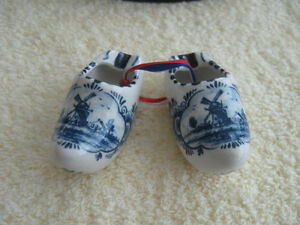 "ADORABLE OLD VINTAGE PAIR of MINIATURE DUTCH ""DELFTS"" SHOES"