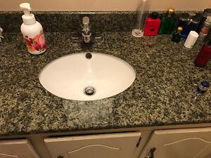 Comptoir granit à vendre avec lavabo et robinet inclus.