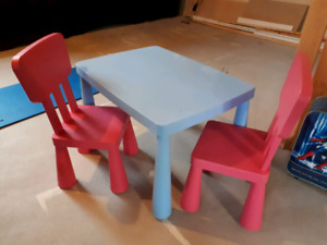 Table pour enfant + 2 chaises