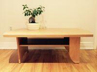 Table de salon en bois couleur bambou .