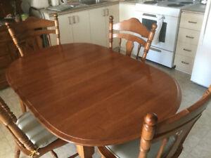 Table,4  chaises et vaisselier