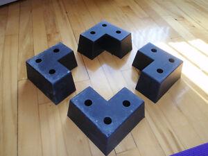 4 Pattes en «L» en plastique robuste, pour un meuble bas.