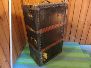 VINTAGE LARGE TRAVEL TRUNK GOOD FOR COFFEE TABLE IN GOOD