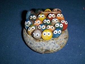 UNIQUE & COLLECTIBLE PET ROCK-40 LITTLE EYES-1980'S