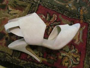 SHOES BEIGE SUEDE LOOK SIZE 9 -HEELS 2.5 NEW-STYLISH