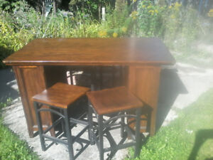 Island/kitchen table with 4 matching stool/chairs retail $2700