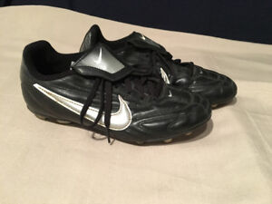 NIKE SOCCER CLEATS - SIZE 6Y