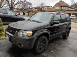2005 Ford Escape XLT with 2 sets of tires (IN GOOD DRIVING COND)