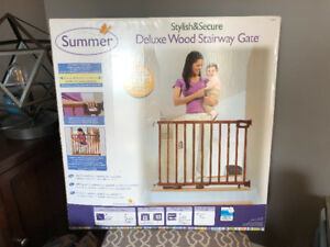 Summer Infant Deluxe Wood Stairway Baby Gate - 30in to 48in