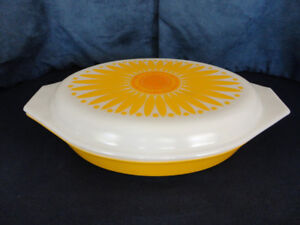 VINTAGE PYREX YELLOW DAISY DIVIDED CASSEROLE