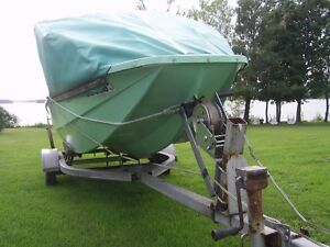 Sun Ray tri hull boat with 25 HP Elec start Power tilt