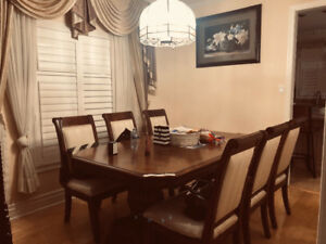 Classic dining table - New condition