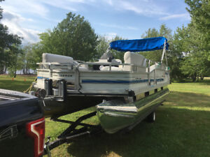 21 foot Pontoon boat with 2005 Yamaha 50hp 4 stroke and trailer