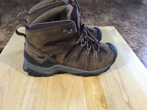 KEEN hiking boots ( ladies size 6 )