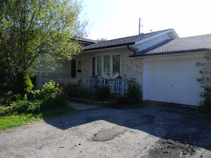 STUDENT ROOMS AT 21 IDYLWOOD CRES. - JUST 4 MINS TO NC - WELLAND