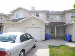 Gorgeous 3 Bed & 2.5 Bath/Attached Garage Townhouse Condo