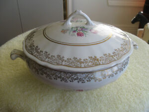 VINTAGE SOVEREIGN POTTERS CANADA COVERED SERVING BOWL
