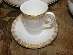 Royal Doulton China Gold Lace H.4989 Service for 12 Discontinued Kingston Kingston Area image 8