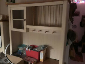 Kitchen unit with hutch for dishes