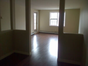 Avail May 1st!! Windsor St newer 2 bedroom new lamin $1190/month