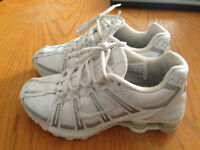 chaussures de sport NIKE SHOX BLANCHES TAILLE 7 =35$