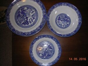 Blue willow dinner plates.