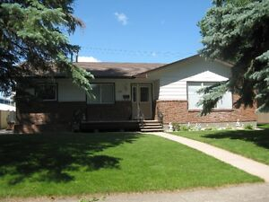 One-Level Bungalow with Detached Garage in Carman,MB!
