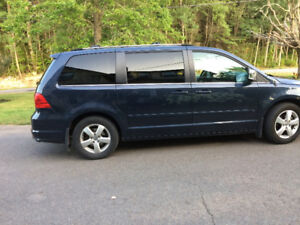 2009 Volkswagen Routan Town n Country Minivan, Van