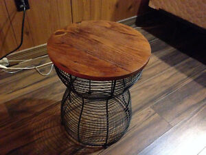 ROUND TABLE / WOODEN TOP & METAL BASE
