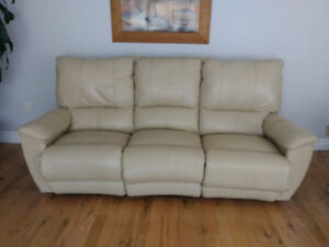 *Gorgeous Italian Leather recliner Sofa, Like new!