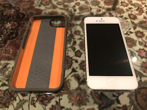 iPhone 5. FACTORY UNLOCKED. Mint condition. Includes Tech21 Case Stratford Kitchener Area image 1
